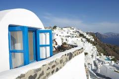 桑托林岛希腊Oia村庄蓝色窗口别墅 免版税图库摄影