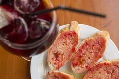 桑格里酒和Pa amb tomaquet 图库摄影