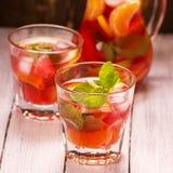 桑格里酒用果子和薄荷叶在玻璃 库存图片
