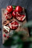 桑格里酒用苹果和石榴 库存图片
