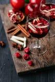桑格里酒用苹果和石榴 免版税库存照片