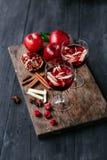 桑格里酒用苹果和石榴 图库摄影