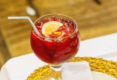 桑格里酒,西班牙语喝红葡萄酒和果子 库存照片