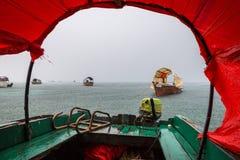 桑给巴尔雨季 在阵雨雨下的一条传统小船里面在监狱海岛附近的停泊处,石镇,安古迦岛,坦桑尼亚 免版税库存照片