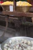 桑蚕煮沸,丝绸字符串处理 免版税图库摄影