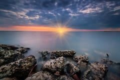 从桑迪勾子海湾的日落 免版税库存照片