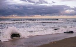 桑迪在日落的勾子海滩 免版税库存照片