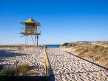桑迪对海滩救生员塔的路入口,木路轨英属黄金海岸澳大利亚 免版税库存图片