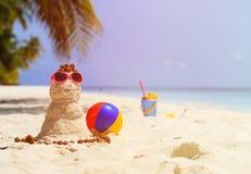 桑迪雪人和玩具在沙子海滩 免版税库存照片