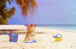 桑迪雪人和玩具在热带海滩 库存图片