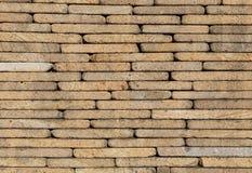 桑迪黄色石头镀墙壁 免版税库存照片