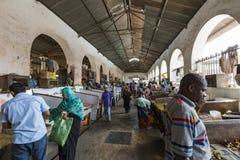桑给巴尔石头城,桑给巴尔- 1月15 :卖主提供鲜鱼 免版税库存照片