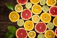 桔子、石灰、葡萄柚和柠檬 在木桌backgroun 图库摄影