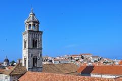 桔子、蓝色和钟楼在杜布罗夫尼克老镇 免版税库存照片