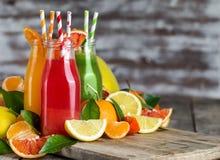 桔子、血橙汁和柠檬水背景 免版税库存照片