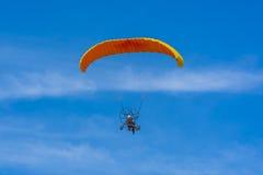 桔子供给动力的纵排巴拉滑翔机飞行 库存照片