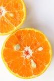 桔子切,切片新鲜的桔子反对在白色backgrou 免版税库存照片
