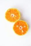 桔子切,切片新鲜的桔子反对在白色backgrou 库存照片