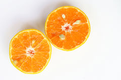 桔子切,切片新鲜的桔子反对在白色backgrou 免版税库存图片