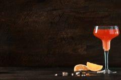 桔子和兰姆酒或者龙舌兰酒鸡尾酒与copyspace 库存图片