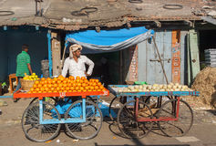 桔子和其他果子在一位贸易商的市场,在城市街市上 免版税库存图片