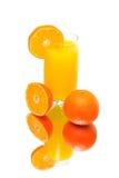 桔子和在一个空白背景的新鲜的汁液 库存照片
