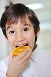 桔子和孩子 免版税图库摄影