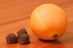 桔子和恶果仁糖 免版税库存照片