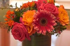 桔子和桃红色玫瑰和雏菊花 免版税图库摄影