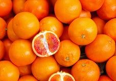 桔子和橙色裁减在蔬菜水果商摊位  免版税库存图片