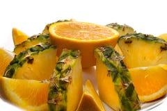 桔子和菠萝盛肉盘 库存照片