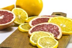 桔子和葡萄柚在一个木板敲响 图库摄影