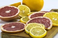 桔子和葡萄柚在一个木板敲响 免版税库存图片