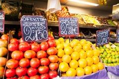 桔子和蕃茄在水果市场上 库存图片