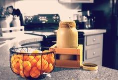 桔子和金属螺盖玻璃瓶 免版税库存图片