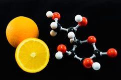 桔子和维生素C结构模型(抗坏血酸) 免版税库存照片