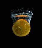 桔子和水飞溅果子 免版税图库摄影
