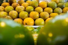 桔子在一个新鲜市场上 免版税库存照片
