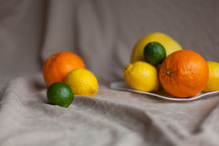 桔子柠檬在桌上的石灰 免版税库存照片