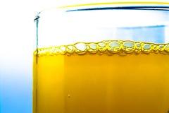 桔子汽水泡影在玻璃特写镜头宏观织地不很细backgro的 库存照片