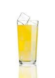 桔子汽水与冰块的饮料寒冷玻璃  免版税图库摄影