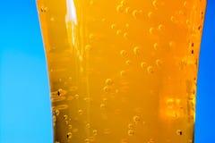 桔子汽水泡影在大玻璃宏指令的 库存图片