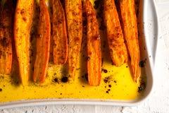 桔子炖了在香料的红萝卜在一个陶瓷烤板 免版税库存照片