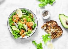 桔子用了卤汁泡大虾,鲕梨,庭院草本沙拉-可口健康快餐,开胃菜,在轻的背景,顶视图的塔帕纤维布 免版税图库摄影