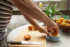 桔子用手被紧压做纯净和健康橙汁 免版税图库摄影