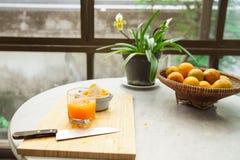 桔子用手被紧压做纯净和健康橙汁 免版税库存照片
