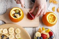 桔子用水果沙拉填装了 免版税库存照片