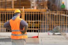 桔子的迷茫的工作者在建造场所 库存图片