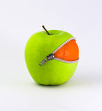桔子里面苹果计算机 免版税库存图片