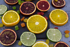 桔子,切片在木背景的桔子 免版税库存照片